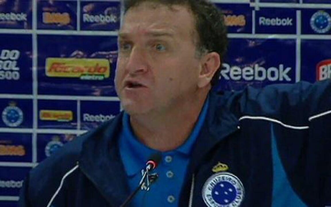 Cuca, pelo Cruzeiro, se revolta com arbitragem de jogo contra o Corinthians