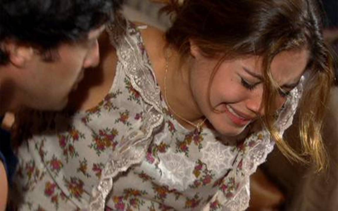 Ti-ti-ti - capítulo de quinta-feira, dia 02/12/2010, na íntegra - Renato descobre que Camila e Marcela mentiram. Chegou o dia de Jorgito e Desirée irem para Londres. Stéfany sente uma forte dor na barriga e pede para Armandinho levá-la para o hospital