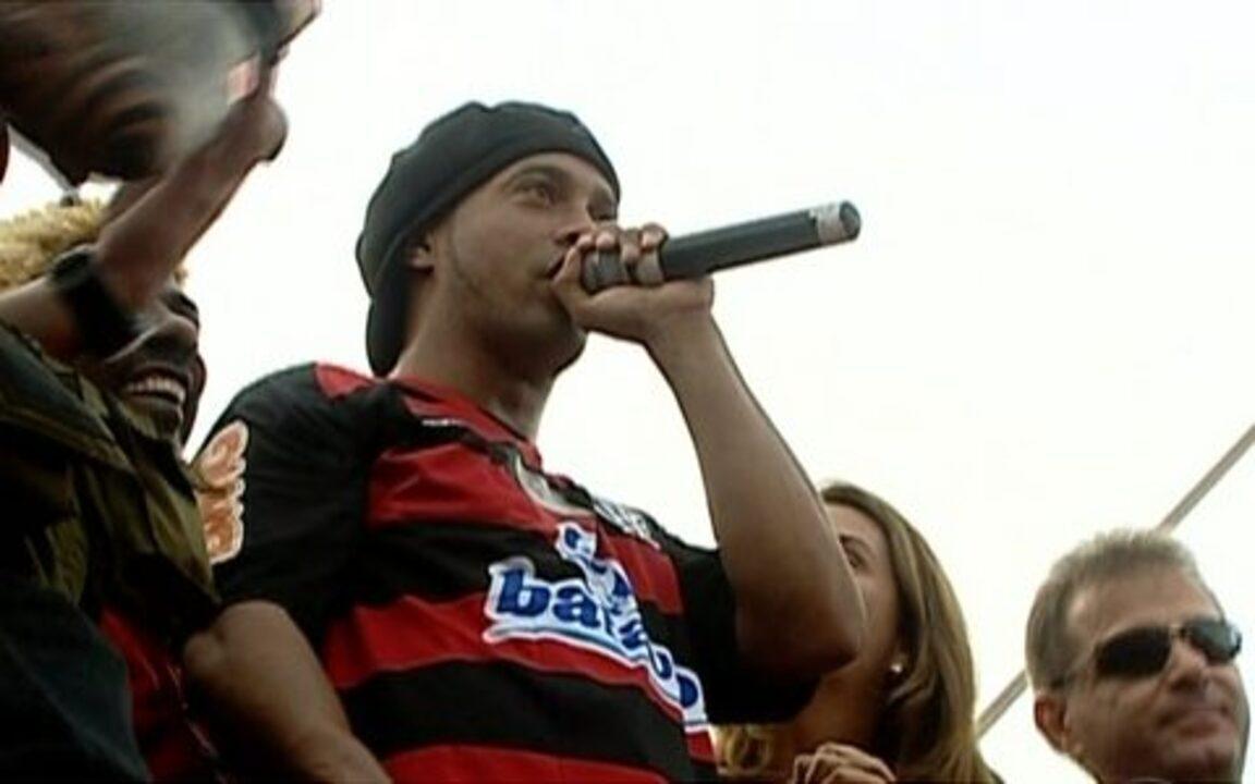 Ronaldinho Gaúcho é recebido pelo Flamengo com grande festa