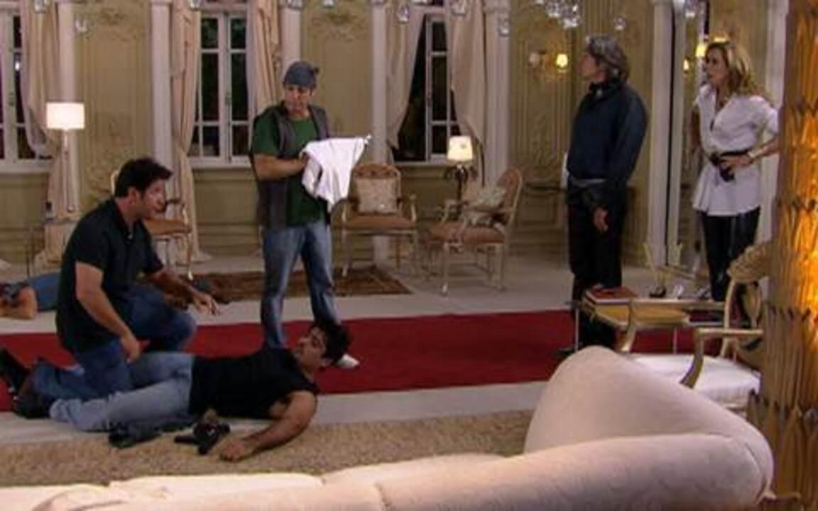 Ti ti ti - capítulo de sexta feira, dia 21/01/2011, na ínterga - Falsos assaltantes chegam ao ateliê de Jaqueline. Jacques a defende, mas Ariclenes desmascara o rival