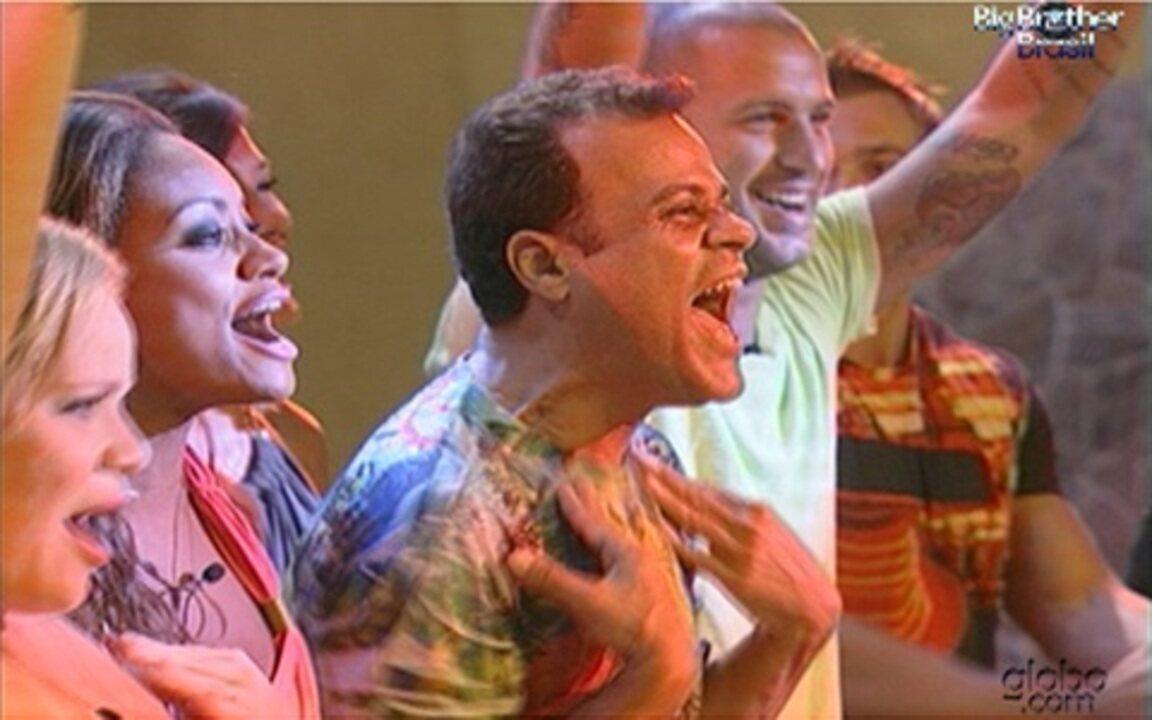 Brothers cantam juntos em frente ao palco