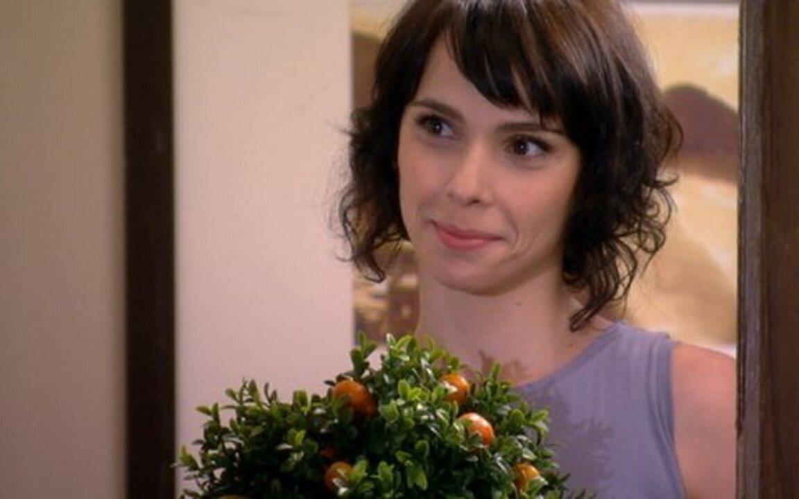 Ti-ti-ti - capítulo de sexta feira, 18/02/2011, na íntegra - Isabel visita Renato no novo apartamento do rapaz e leva flores!