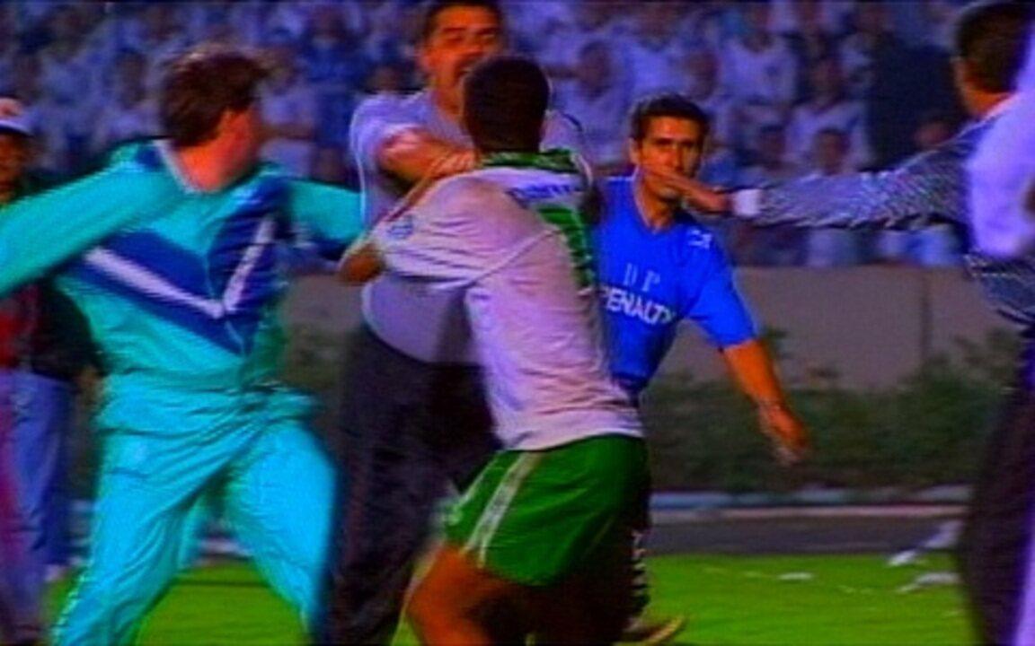Em 1995, jogo entre Grêmio e Palmeiras pela Libertadores termina na delegacia