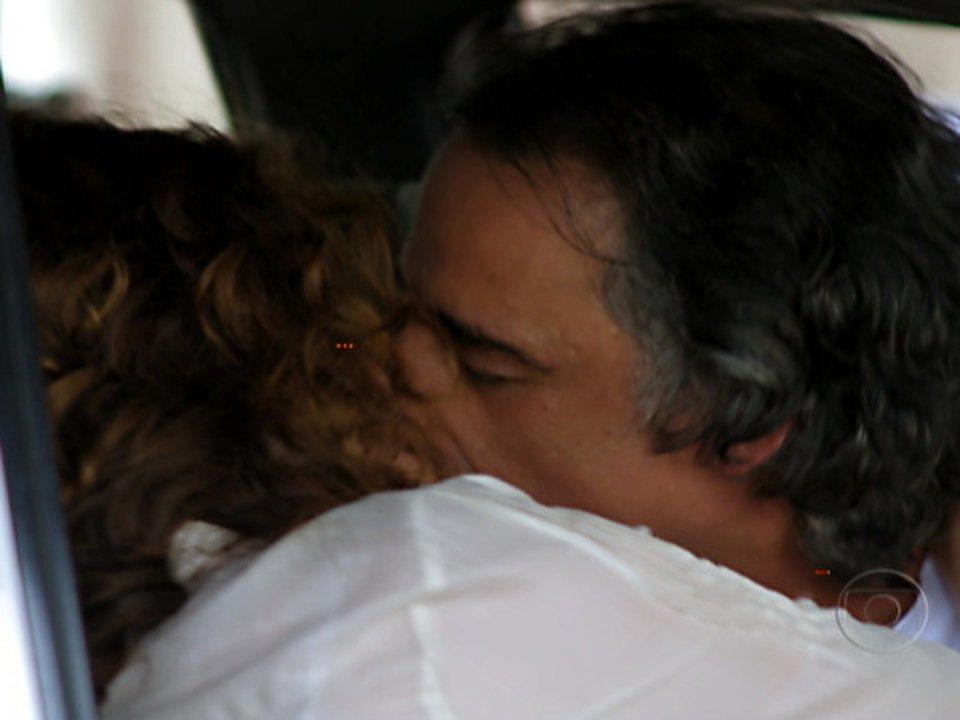 A Vida da Gente - capítulo de segunda-feira, dia 24/10/2011, na íntegra - Dora e Marcos se beijam. Iná dá um tapa no rosto de Eva