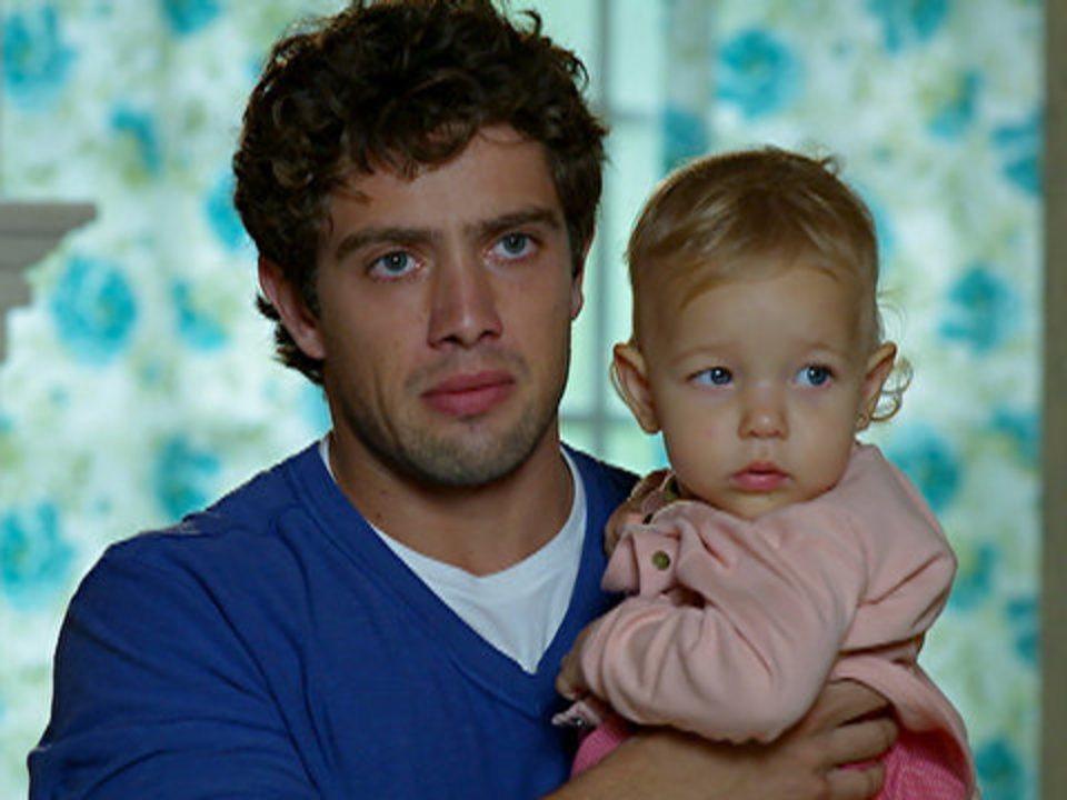 A Vida da Gente - capítulo de quinta-feira, dia 10/11/2011, na íntegra - Rodrigo avisa Manu que Júlia engoliu uma moeda