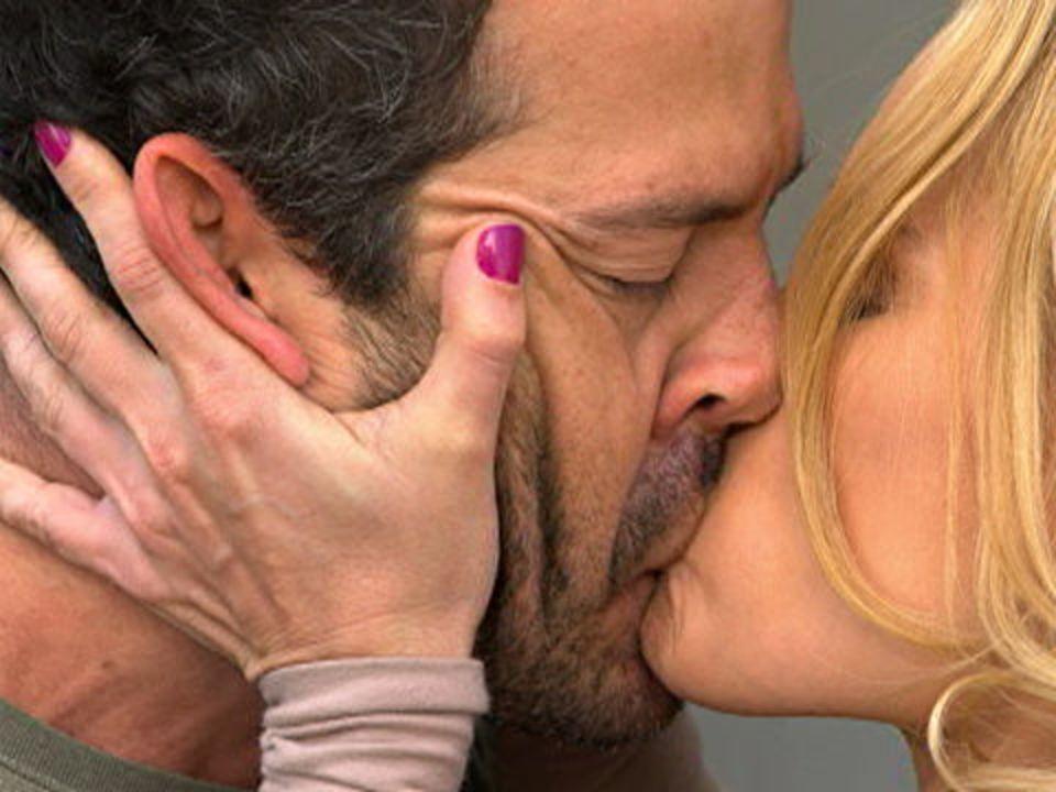Fina Estampa - capítulo de quinta-feira, dia 17/11/2011, na íntegra - Teodora e Quinzé se beijam