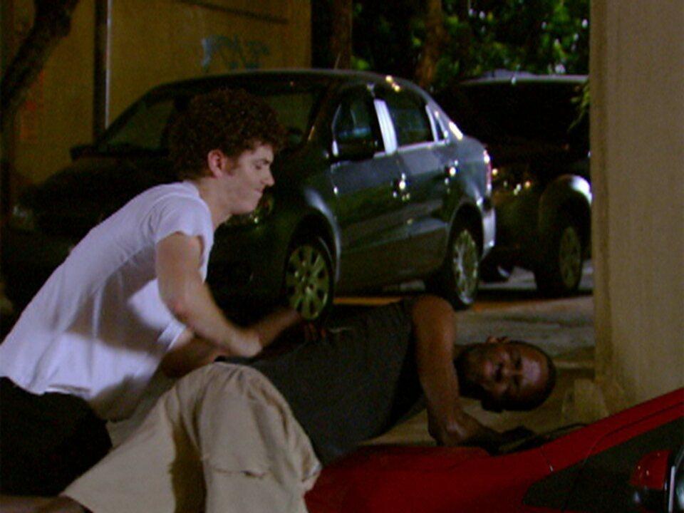 Malhação - Capítulo de quarta-feira, dia 15/02/2012, na íntegra - Gabriel reage a assalto com golpe de kung fu