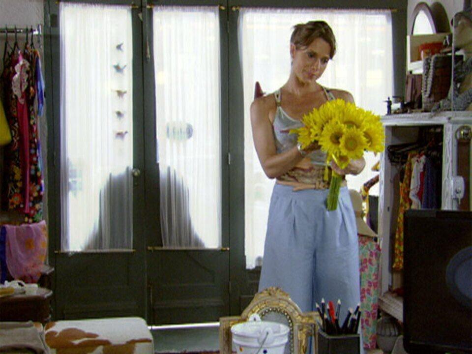 Malhação - Capítulo de segunda-feira, 05/03/2012, na íntegra - Laura recebe flores de um admirador secreto
