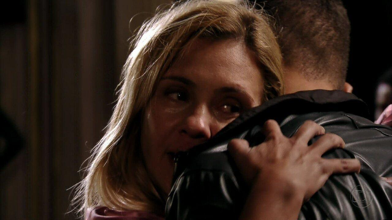 Avenida Brasil - Capítulo de terça-feira, dia 01/05/2012, na íntegra - Carminha se emociona ao reencontrar Jorginho