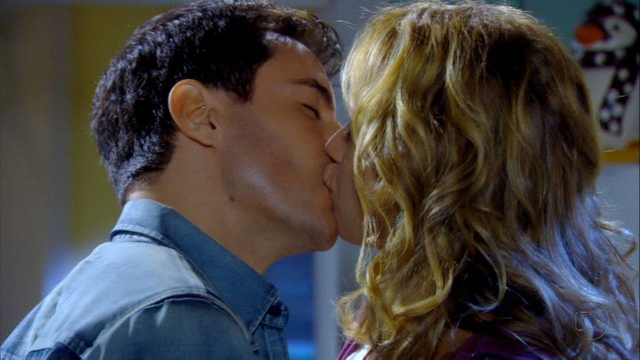 Cheias de Charme - Capítulo de segunda-feira, dia 14/05/2012, na íntegra - Rosário e Inácio se beijam