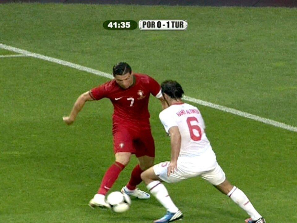 Cristiano Ronaldo dá elástico em marcador, mas zaga afasta, aos 41 do 1º tempo