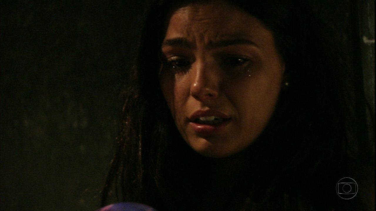 Avenida Brasil - Capítulo de quarta-feira, dia 27/06/2012, na íntegra - Suelen protege Roni e acaba ferida