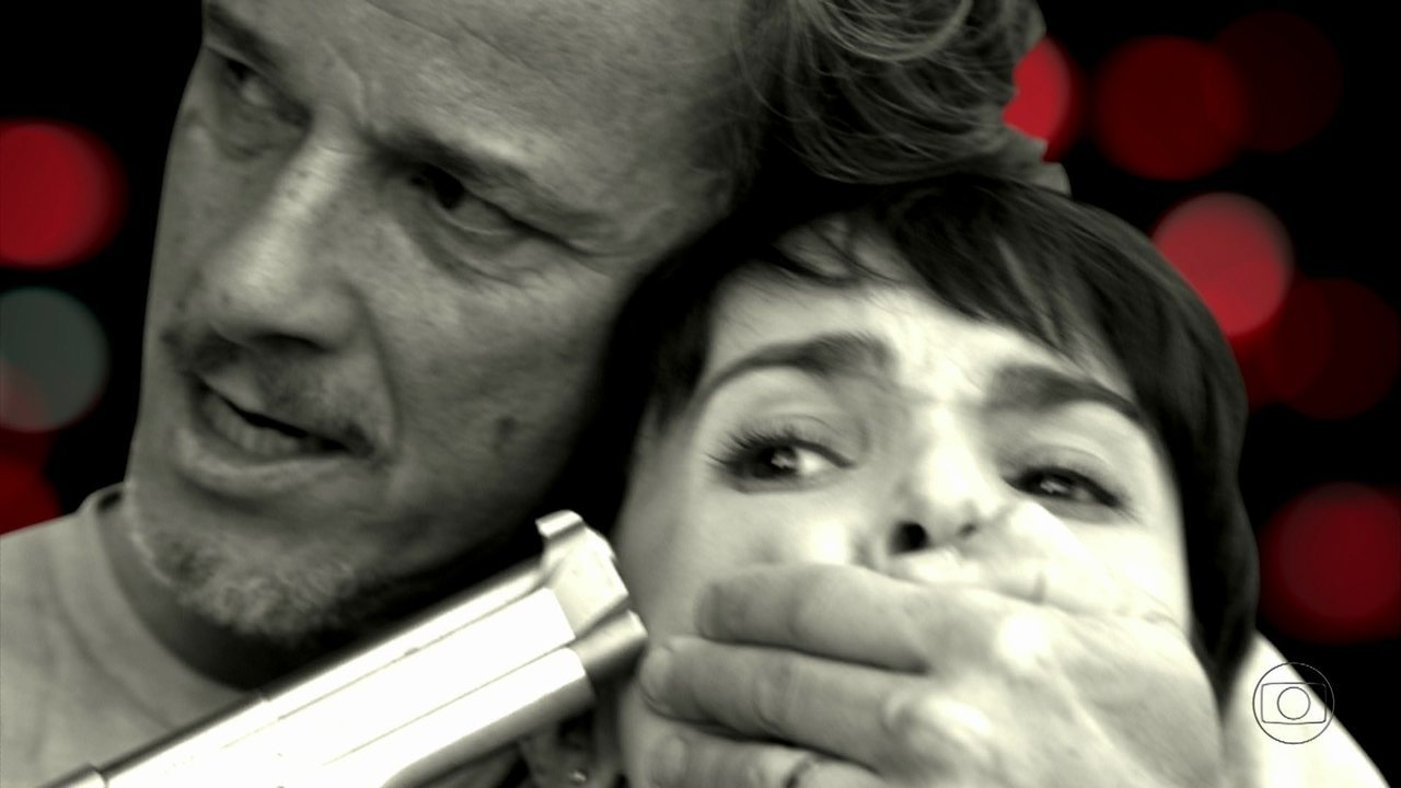 Avenida Brasil - Capítulo de quarta-feira, dia 10/10/2012, na íntegra - Max sequestra Carminha. Tufão promete cuidar de Nina. Max surta e aterroriza Carminha, Lucinda e Nilo. Picolé avisa a Nina que Max surtou. Max rende Nina