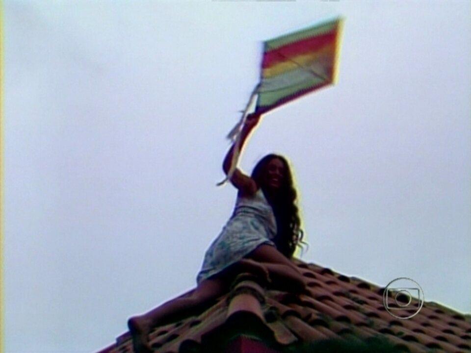 Reveja a sensual e clássica cena de Gabriela subindo para pegar uma pipa no telhado