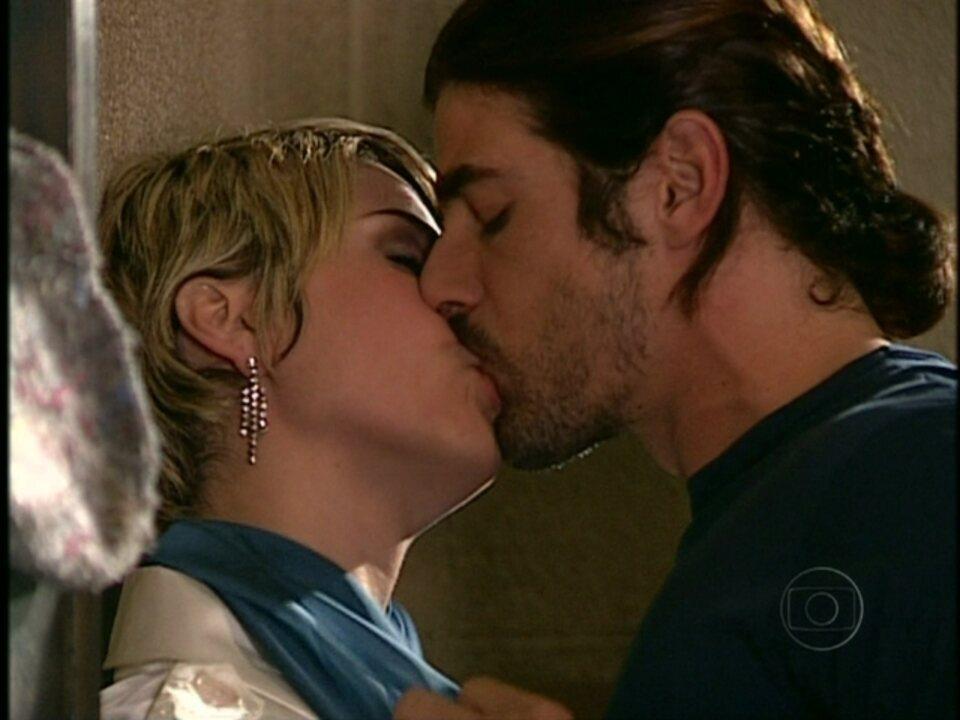 Da Cor do Pecado - Capítulo de quarta-feira, dia 06/02/2013, na íntegra - Bárbara procura Paco e ele engana a megera, prometendo ficar com ela quando sair da prisão