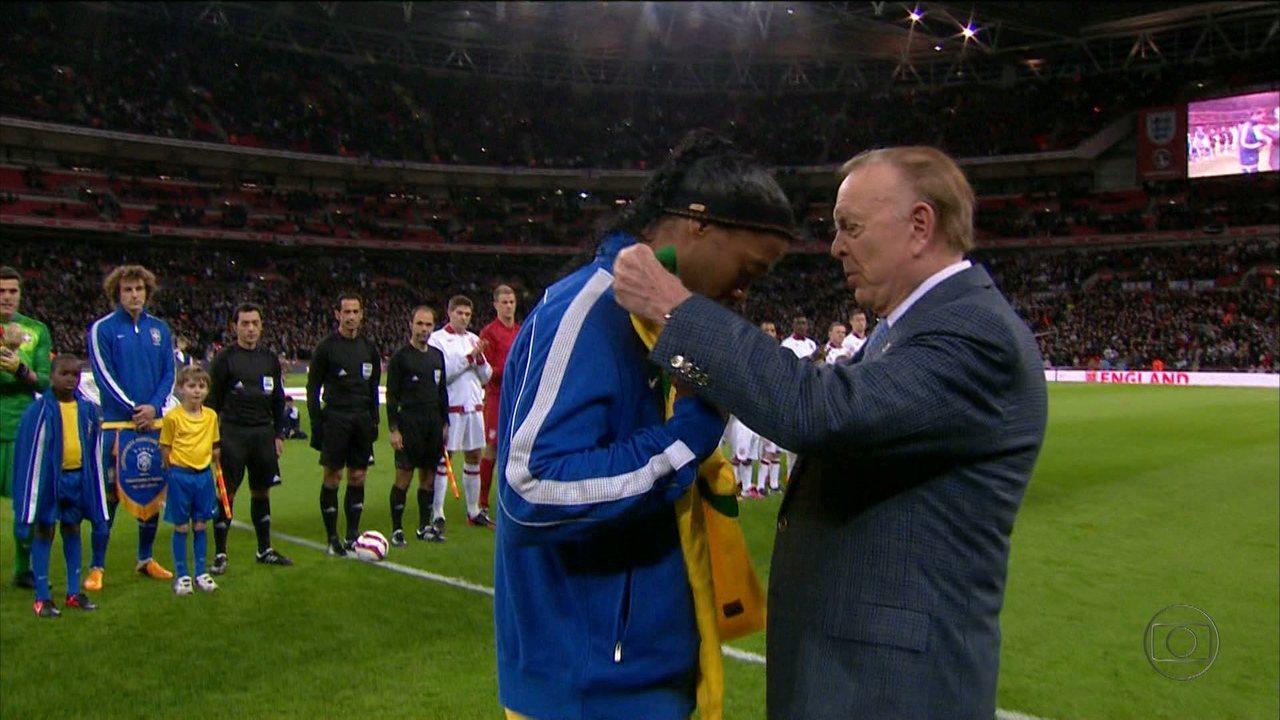 Ronaldinho Gaúcho é homenageado pelo 100º jogo com a camisa da Seleção Brasileira