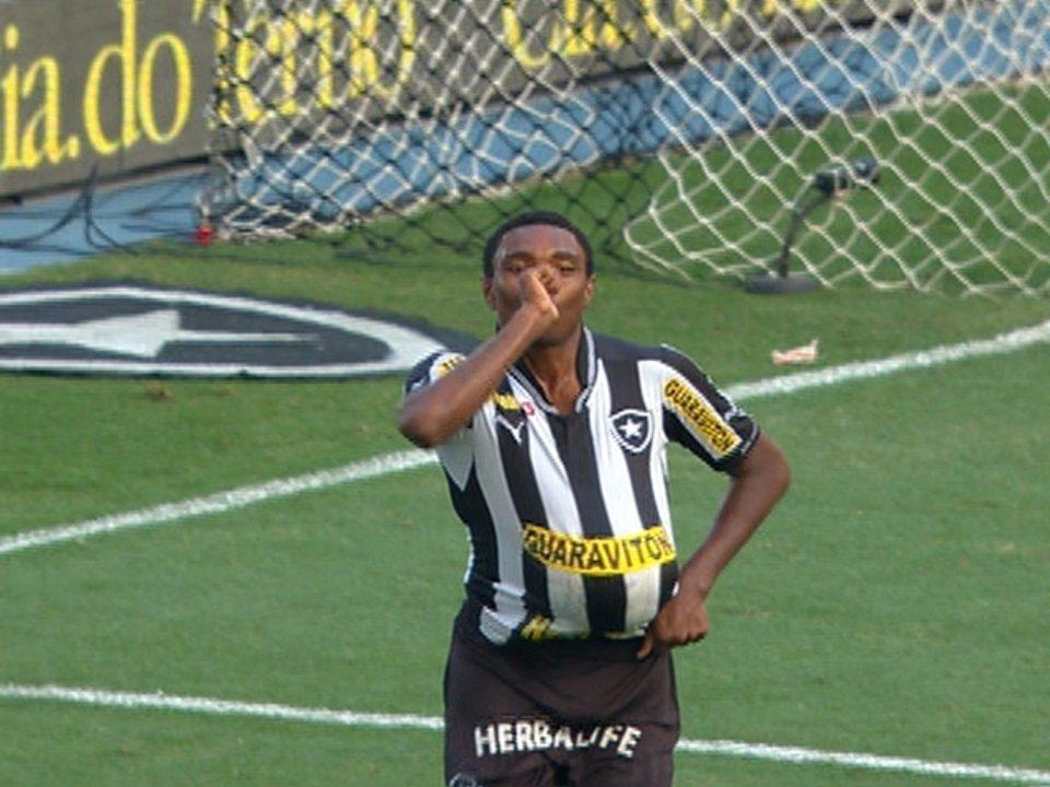 Quando dava seus primeiros passos como profissional com a camisa do Botafogo, Vitinho marcou no clássico contra o Flamengo