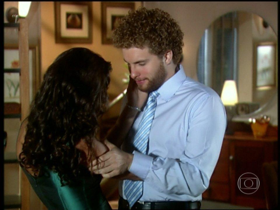 O Profeta - capítulo de terça - feira, dia 25/06/2013, na íntegra - Marcos beija Sabrina, mas deixa claro que ainda ama Sonia, enquanto isso, a propria consegue convencer a empregada que a comida que Clovis lhe da estava envenenada.