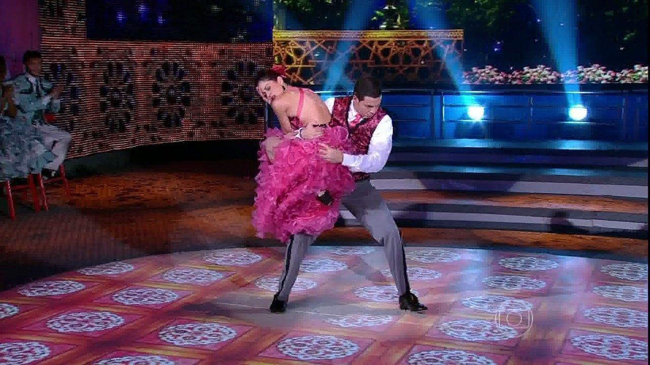 Carol Castro e Leandro Azevedo abusam da paixão e mandam bem no 'Dança'