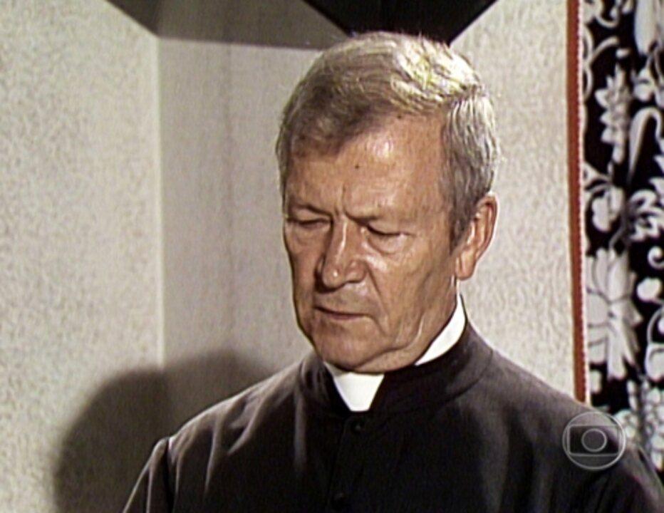 Saramandaia - 1ª versão: O padre vai conversar com Marcina levado por Maria Aparadeira
