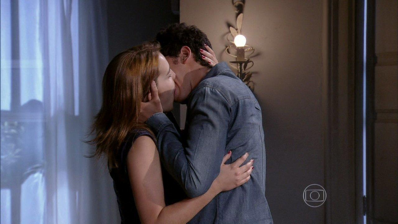 Malhação - Capítulo de segunda-feira, dia 09/12/2013, na íntegra - Ben beija Anita na frente da família