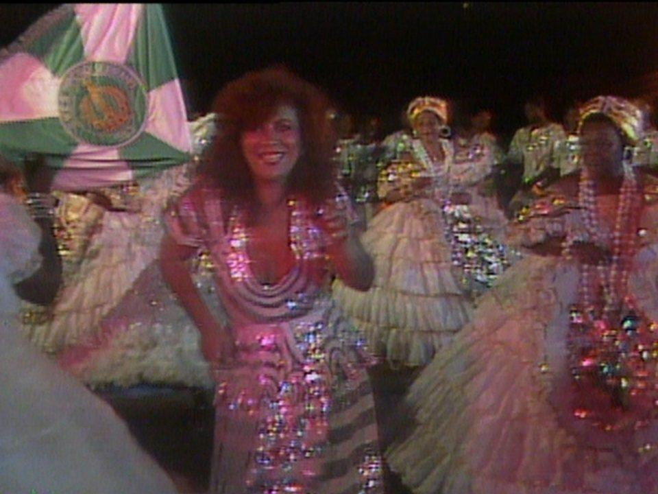 """Beth Carvalho canta """"Firme e Forte"""" no Fantástico em 1983"""
