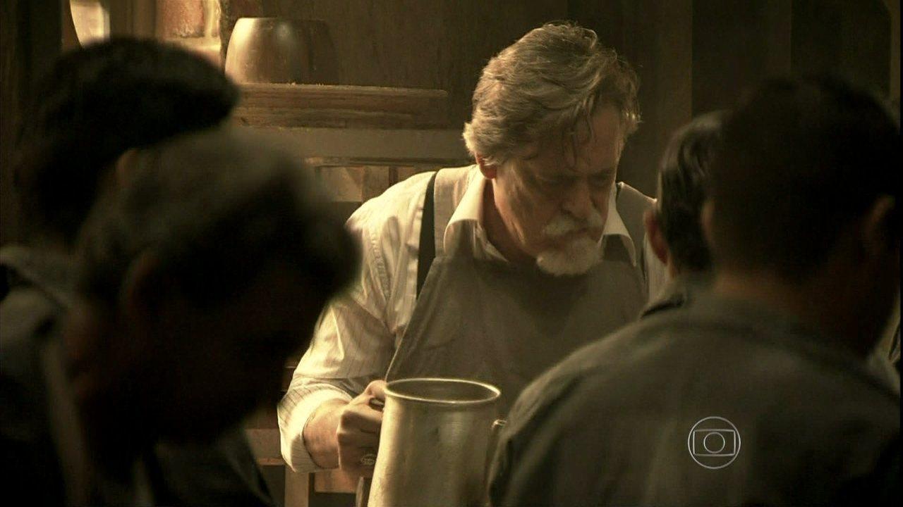 Joia Rara - Capítulo de Terça-Feira, dia 21/01/2014, na íntegra - Manfred obriga Ernest a servir café na fundição