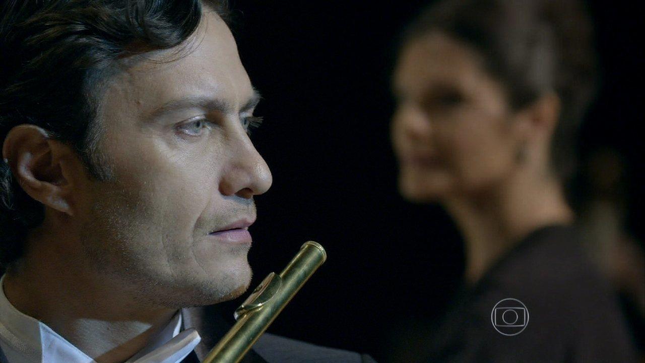 Em Família - Capítulo de segunda-feira, dia 10/02/2014, na íntegra - Laerte vê Luiza na plateia e fica perturbado