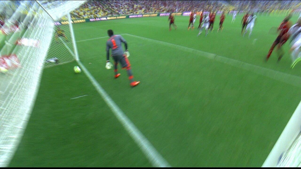 Cobrança de falta de Douglas entra, mas arbitragem não dá o gol