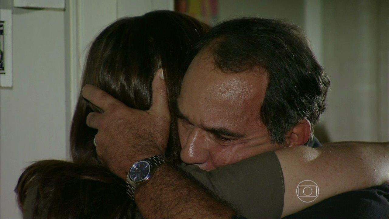 Em Família - Capítulo de sexta-feira, dia 21/02/2014, na íntegra - Virgílio se reconcilia com Helena