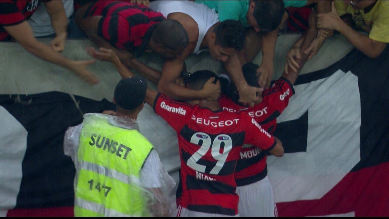Gol do Flamengo! Após escanteio, a bola sobra para Marcio Araujo marcar aos 46 do 2º tempo