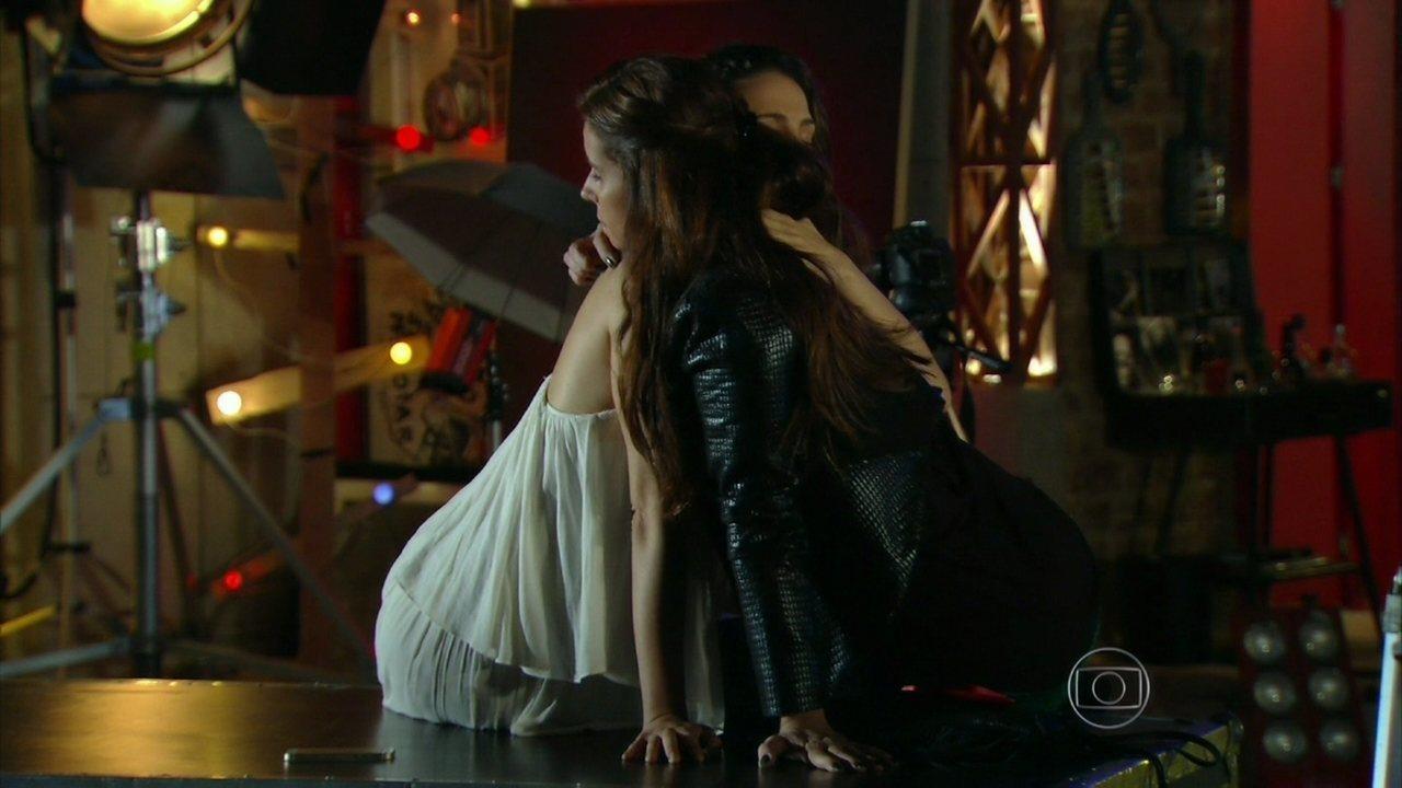 Em Família - Capítulo de Sábado, 24/05/2014, na íntegra - Clara aparece de surpresa para ver Marina