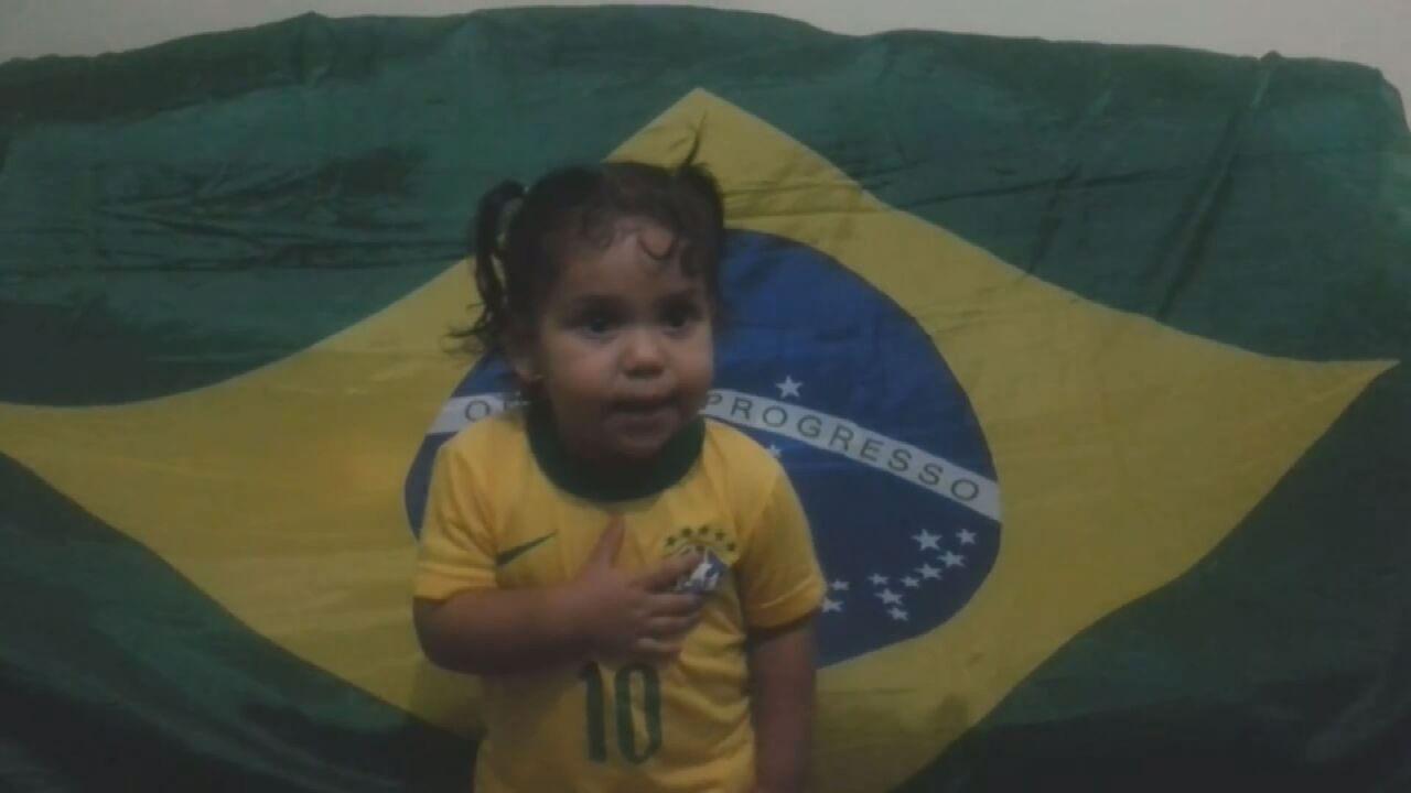 Menina de 2 anos canta o hino nacional inteiro em Ribeirão Preto