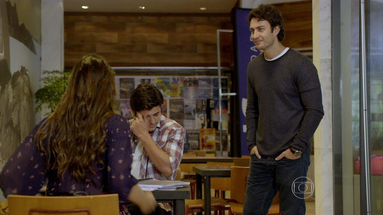 Em Família - Capítulo de terça-feira, dia 24/06/2014, na íntegra - Laerte flagra Luiza e André na maior intimidade