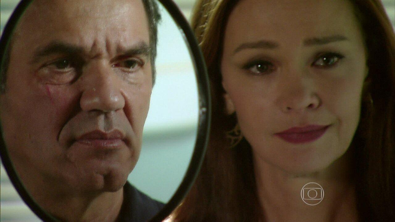 Em Família - Capítulo de quinta-feira, dia 03/07/2014, na íntegra - Helena fica surpresa ao ver que Virgílio tirou a cicatriz