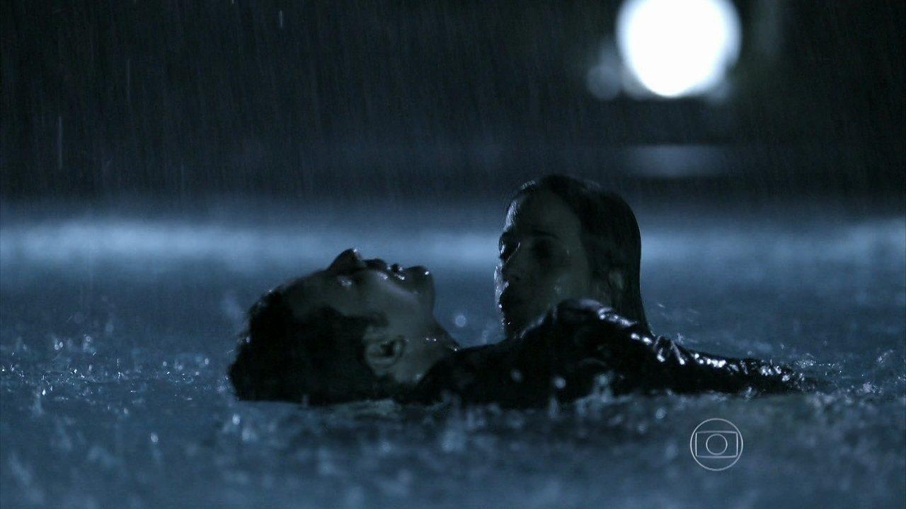 Capítulo de 14/07/2014 - Durante a festa, Roberta vê um corpo boiando na piscina