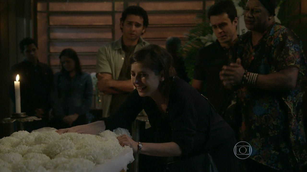 Império - Capítulo de terça-feira, dia 29/07/2014, na íntegra - Cora faz um escândalo durante o velório da irmã