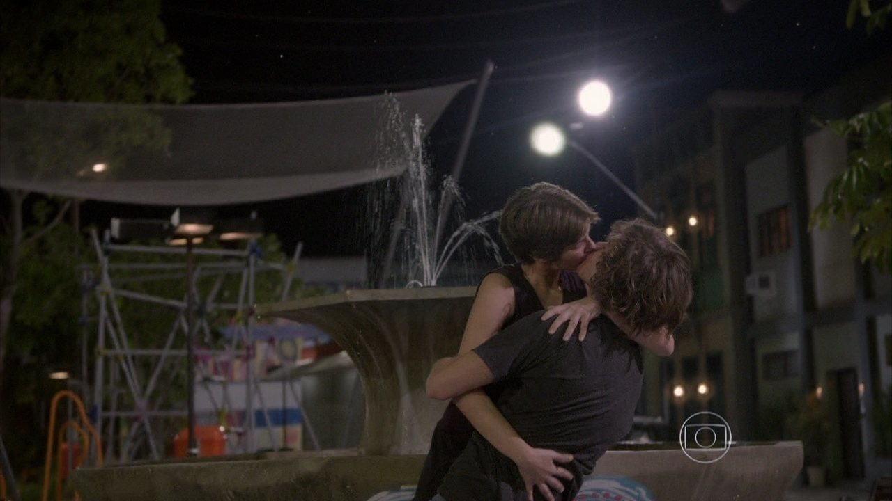 Malhação - capítulo de terça-feira, dia 23/09/2014, na íntegra - Karina beija Pedro após ouvir a música que o menino fez para ela