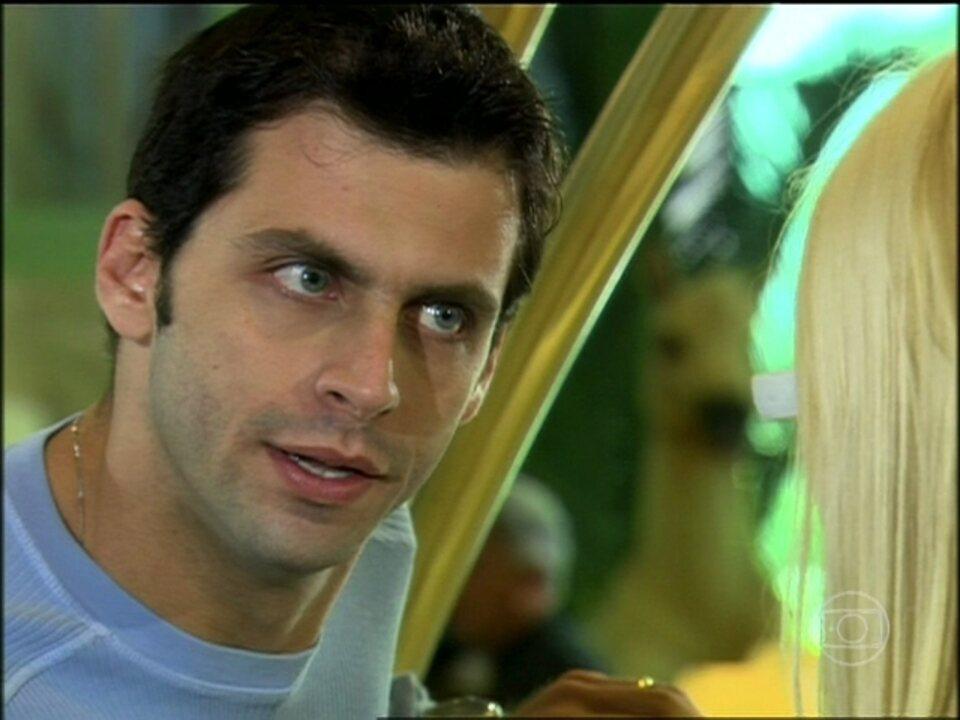 Cobras e Lagartos - capítulo de quinta-feira, dia 16/10/2014, na íntegra - Estevão diz para Leona a viu beijando Duda