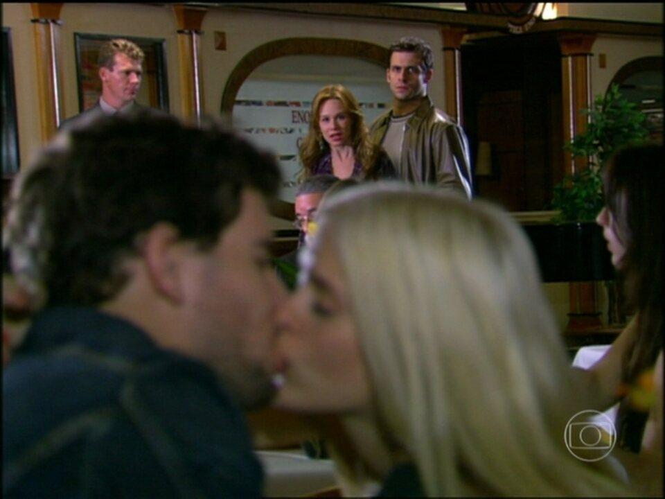 Cobras e Lagartos - capítulo de quinta-feira, dia 23/10/2014, na íntegra - Bel descobre que Leona e Duda estão juntos