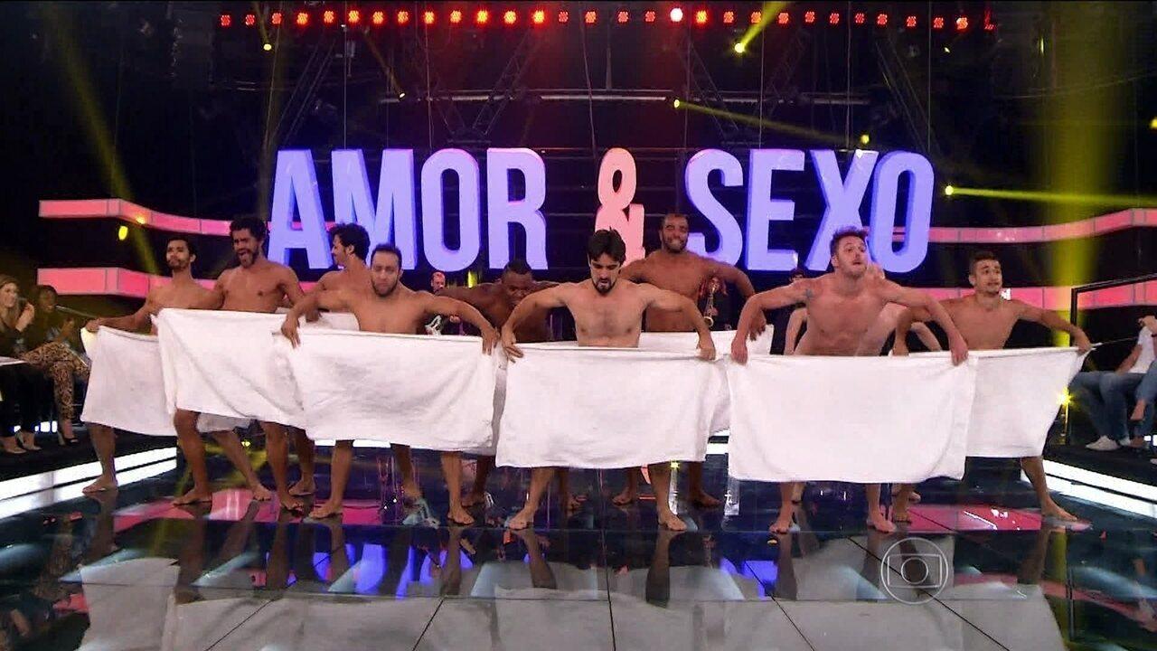 Apenas de toalha, bailarinos dançam rock no Amor & Sexo