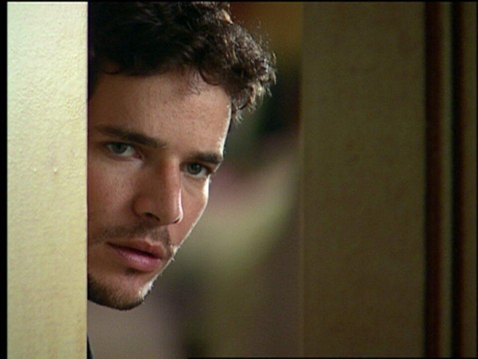 Cobras e Lagartos - capítulo de quinta-feira, dia 06/11/2014, na íntegra - Duda vê Leona e Estevão se beijando