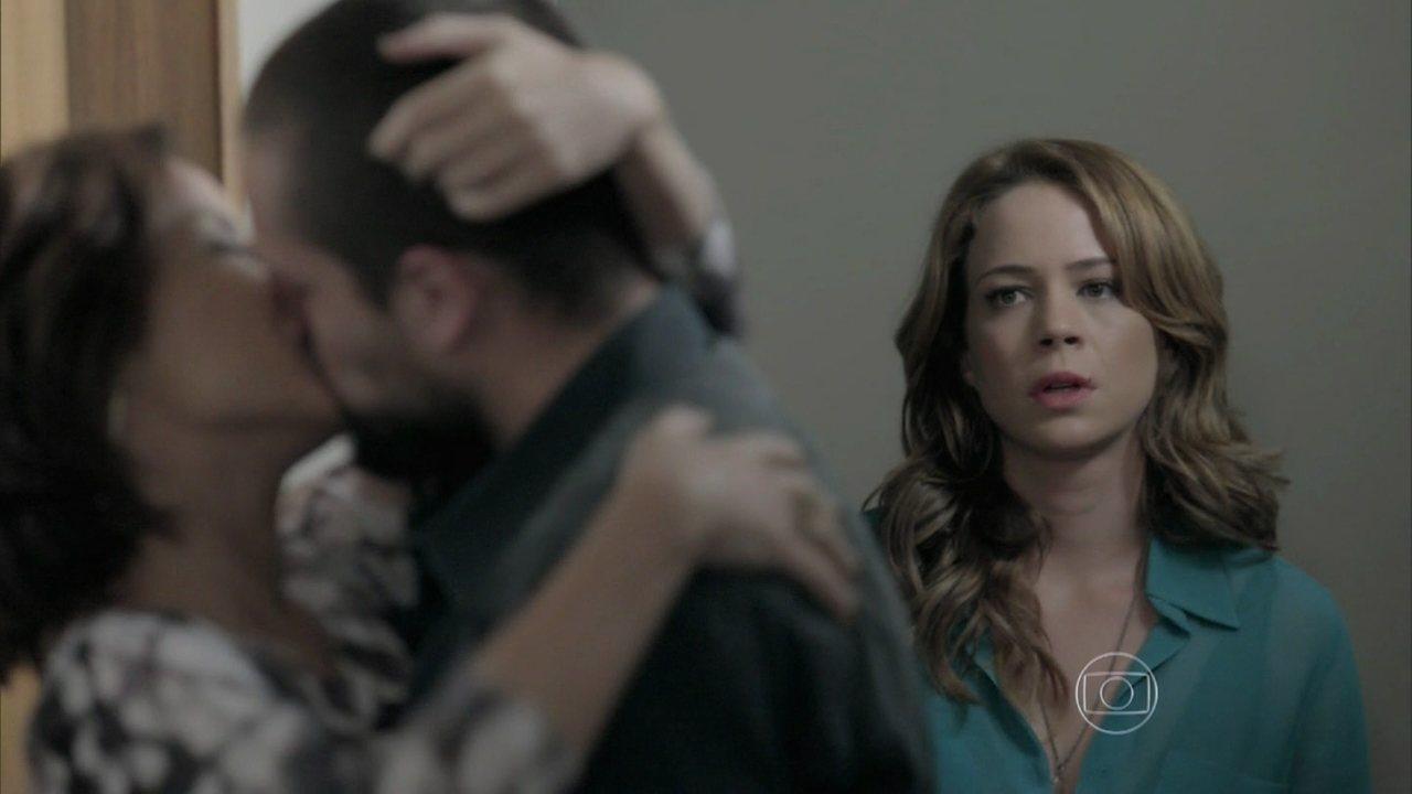 Império - Capítulo de quarta-feira, dia 10/12/2014, na íntegra - Cristina vê Vicente com Maria Clara