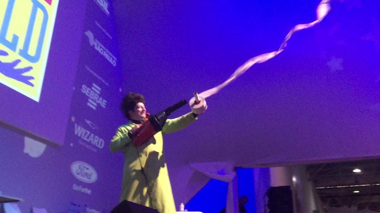 Ator de Beakman mostra experimentos na Campus Party 2015