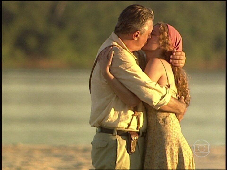 O Rei do Gado - capítulo de quinta-feira, dia 05/02/15, na íntegra - Luana e Bruno Mezenga se beijam