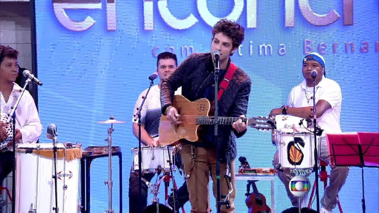 Chay Suede canta para Fernanda Montenegro e Nathalia Timberg