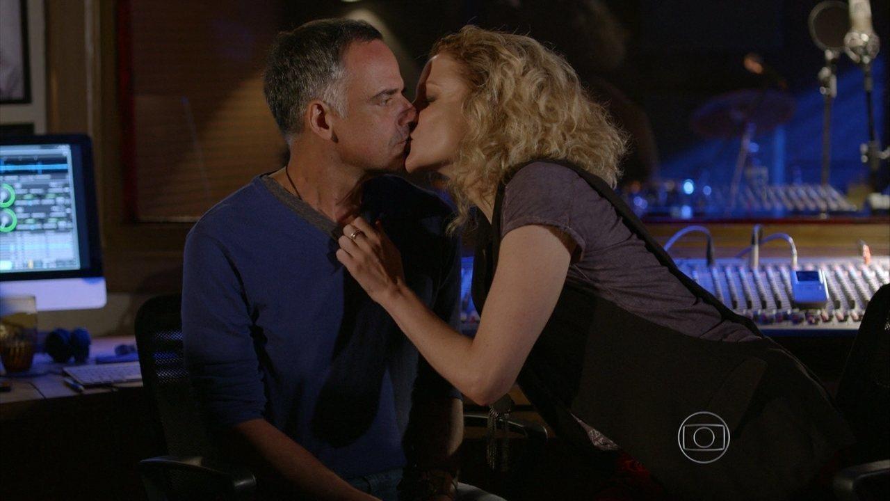 Sete Vidas - Capítulo de terça-feira, dia 24/03/2015, na íntegra - Laila beija Vicente