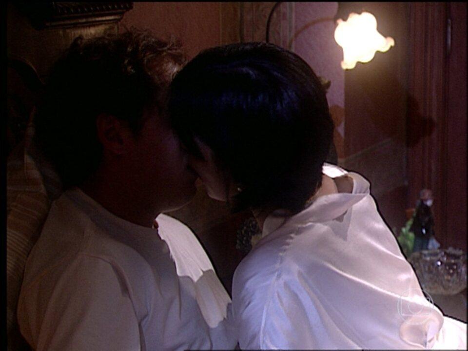 O Rei do Gado - capítulo de sexta-feira, dia 10/04/15, na íntegra - Rafaela beija Tavinho