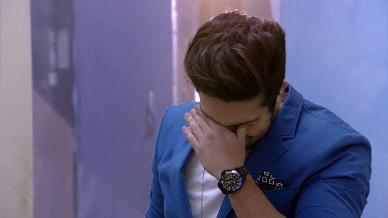 Luan Santana chora ao rever casa da avó no Visitando o Passado