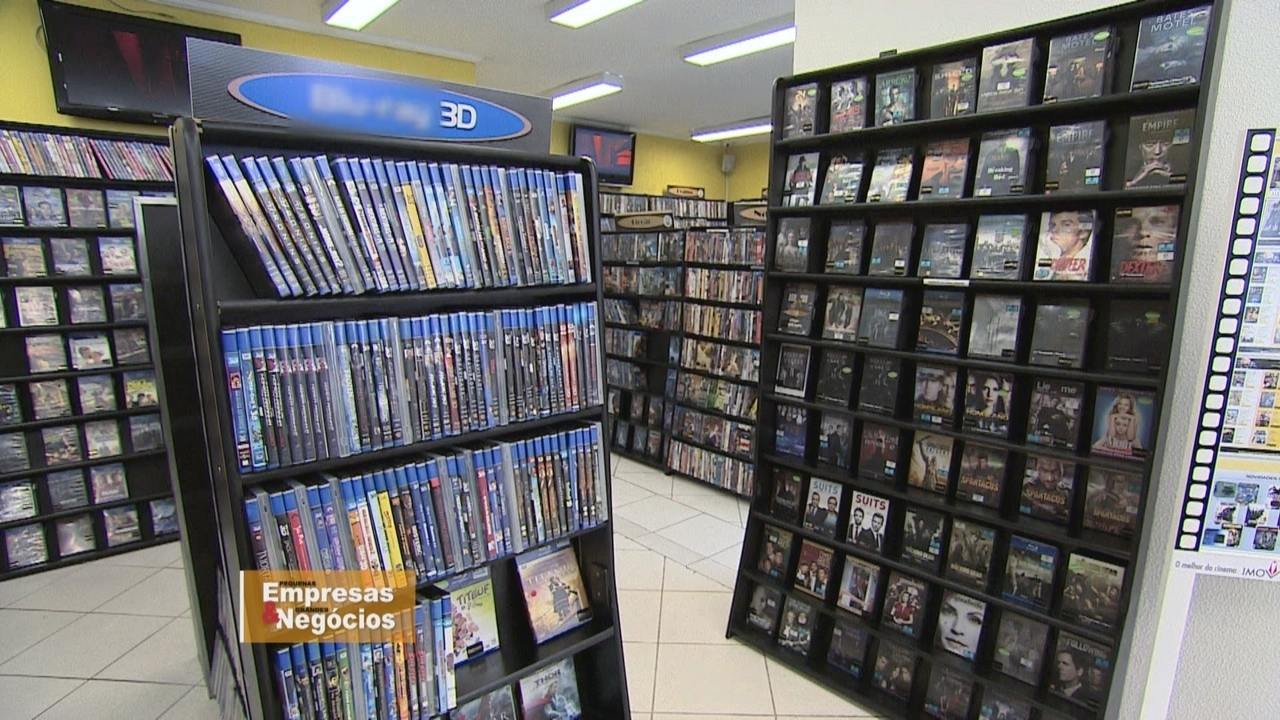 Donos de locadoras de filmes renovam negócios para sobreviver